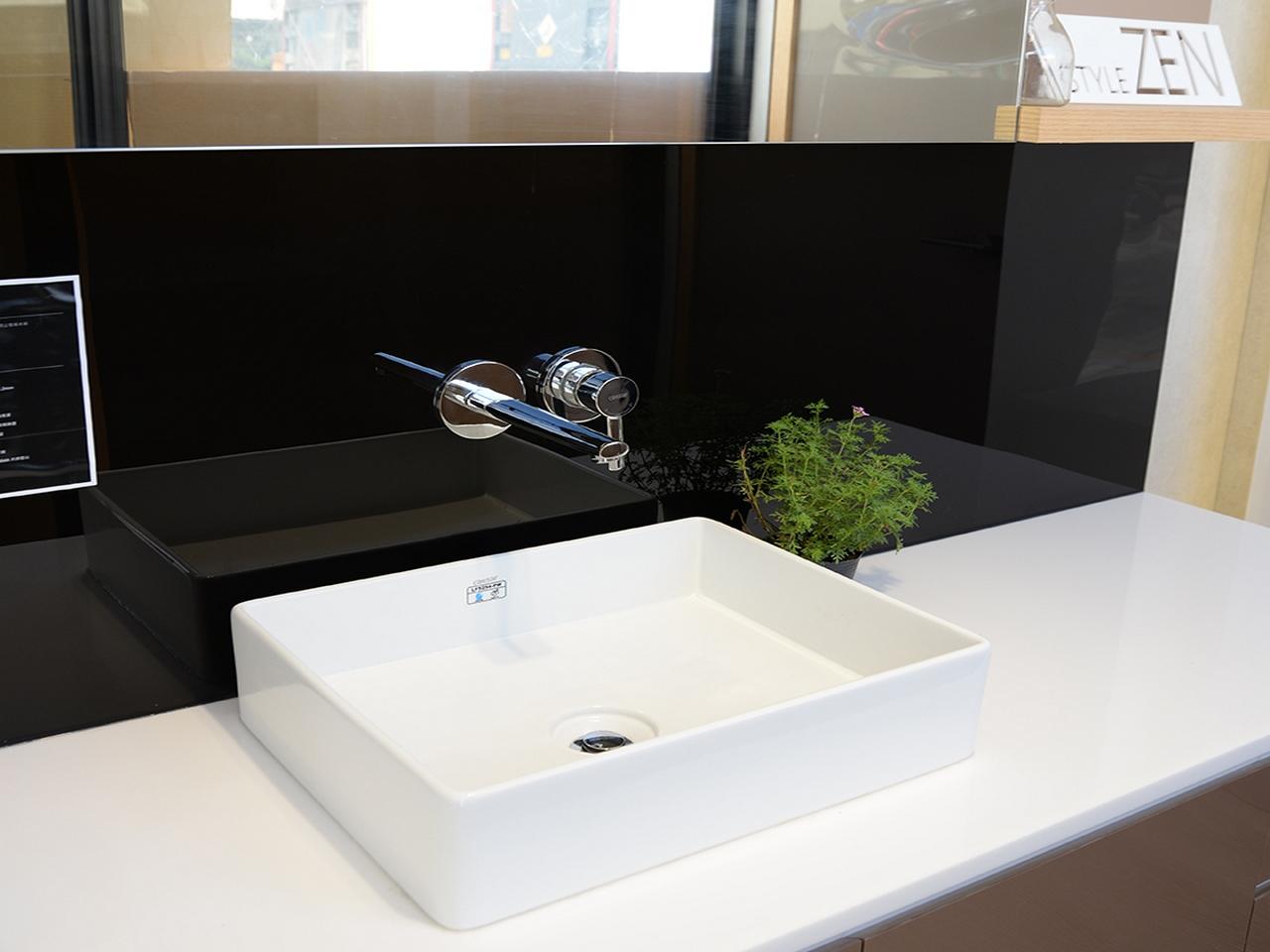 浴室キャビネット撥ね防止壁板